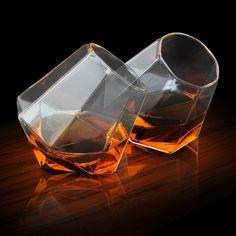 Comment profiter d'une originale façon, de votre whisky des Highlands ? Avec un verre insolite en forme de diamant plutôt que traditionnellement circulaire ! Merci à cadeauxfolies.fr d'avoir sponsorisé cette image