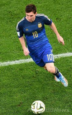 サッカーW杯ブラジル大会(2014 World Cup)決勝、ドイツ対アルゼンチン。ボールを運ぶアルゼンチンのリオネル・メッシ(Lionel Messi、2014年7月13日撮影)。(c)AFP/FRANCOIS XAVIER MARIT ▼14Jul2014AFP|【写真】W杯決勝で敗戦喫し落胆するアルゼンチン http://www.afpbb.com/articles/-/3020425 #Brazil2014 #Germany_Argentina_final #Lionel_Messi