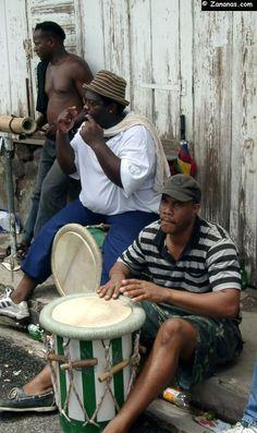 Musiciens jouant des percussions à l'arrivée d'une course de Yoles Rondes.