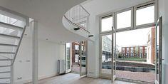 Studio's met mezzanine in Mariastichting Haarlem Divider, Room, Furniture, Home Decor, Mezzanine, Bedroom, Decoration Home, Room Decor, Rooms