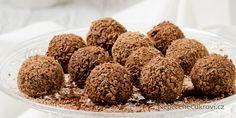 Nudí vás Ferrero Rocher kuličky z obchodu a chcete změnu? Udělejte si domácí Ferrero kuličky! Jedná se o velmi snadný recept a výsledek je opravdu vynikající. Připravte si doma toto nepečené vánoční cukroví. Ferrero Rocher, Sweet Recipes, Dog Food Recipes, Christmas Sweets, Holiday Cookies, Food Hacks, Nutella, Sweet Tooth, Deserts