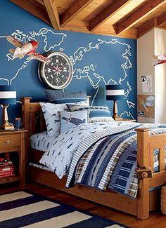Quarto com parede azul e um contorno de mapa  desenhado