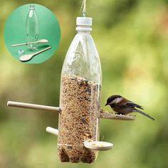 Re-utiliza una botella plástica, 2 cucharas de cocina de madera y semillas para confeccionar un comedero para esas pequeñas aves que llegan a tu jardín.