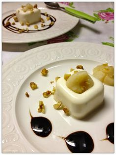 Panna cotta al parmigiano con salsa di pere , glassa di balsamico e noci