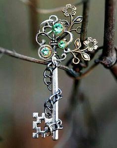 Nature's Inner Peace Key Necklace by KeypersCove on Etsy Key Jewelry, Cute Jewelry, Jewelry Crafts, Jewelery, Jewelry Making, Vintage Keys, Vintage Jewelry, Old Keys, Keys Art