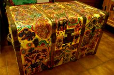 Baú recuperado e pintado em pedaços de tecido ,com glitter, e lantejoulas
