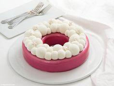 Rezept für eine Himbeer-Kokos-Torte mit Glitzerglasur und Velvet-Spray. Pink weißer Mädchentraum mit Bubble Crown und köstlichem Himbeer- und Kokos-Mousse