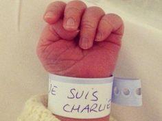 Je suis Charlie scritto sul braccialetto di riconoscimento di un neonato. Un messaggio di solidarietà e speranza lanciato da una mamma francese che ha voluto chiamare il proprio bimbo come il settimanale satirico Charlie Hebdo, dopo la strage costata la vita a 12 persone. Uno scatto che ha gi