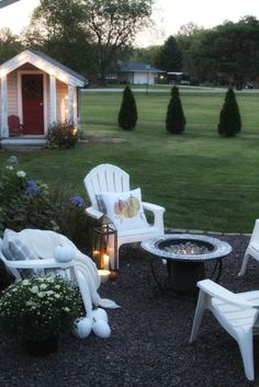 Cozy up your outside entertaining in an instant with a few throw pillows and candles. #fallentertaining #falldecor #cozyhome