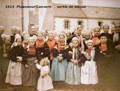 Plonéour Lanvern  Sortie de la messe  Finistère Bretagne