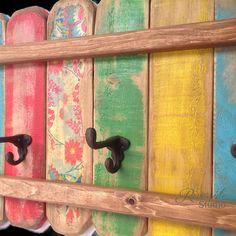 Eine einzigartige original Holz Garderobe mit Rusty aussehende Gusseisen Hut und Mantel Haken. Eine fröhliche Anzeige in grün, gelb, Blues, rot lackiert und floralen dann betrübt und geschützt.  Organisieren Sie Ihr Zuhause mit diesem eine Art schöne Rack.  Ich mache diese bunten Garderoben in meinem Holzgeschäft und jeder hat einzigartige Charakter und Charme.  Die Rückseite hat 2 starke Metall, Schlüsselloch Hardware Klammern befestigt bereits 16 auseinander. Perfekt für Bad, Schlafzimmer…