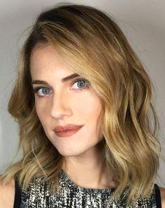 Pinterest: DEBORAHPRAHA ♥️ Alison Williams blonde hair color and messy waves hair style