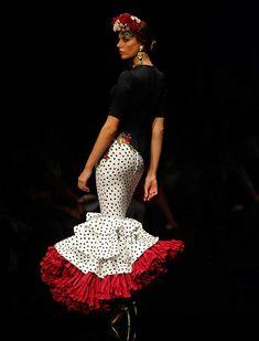 Ernesto Sillero ha presentado «Tanuca», una colección homenaje a Dña. Cayetana de Alba, una mujer apasionada del traje flamenca y el estilo andaluz. (Foto: Raúl Doblado) Funky Fashion, Party Fashion, Fashion Show, Spanish Dress, Spanish Style, Flamenco Costume, Flamenco Dresses, Chic Outfits, Fashion Outfits