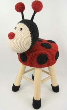 CASA TRÈS CHIC: O ACONCHEGO DOS PONTOS Crochet Home, Crochet For Kids, Crochet Crafts, Yarn Crafts, Crochet Baby, Crochet Projects, Knit Crochet, Stool Cover Crochet, Crochet Furniture