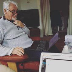 Så sidder vi her og arbejder.! Fedt og have en far der er tidligere leder der har helt styr på at få lavet gode solide kontrakter.! Og jeg gør klar til at få hjemmesiden op og køre og offentlig gør den senest den 1 januar #yes #jeg #glæder #mig #til #jul #iværksætter #med #ild #i #rumpen #glædelig #jul