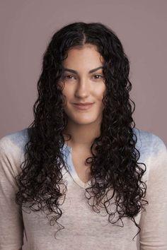 Tutorial de passo a passo com fotos de como fazer o processo de fitagem em cabelo cacheado longo para conquistar cachos mais definidos. | All Things Hair - Dos especialistas em cabelos da Unilever