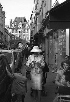Un chapeau blanc, rue de Birague... (Paris 4ème)