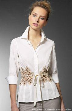 Camisa feminina customizada- um charme a mais, numa blusa básica. (custom shirt)
