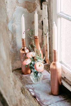 Copper bottles with candles | Credit: OctaviaplusKlaus/factsandfeelings/Goldregen florales Design