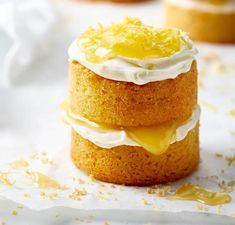 Mini Lemon Curd Sponge Cakes Recipe - For angels - Kuchen Lemon Curd Cake, Lemon Sponge Cake, Sponge Cake Recipes, Easy Cake Recipes, Baking Recipes, Sweet Recipes, Dessert Recipes, Lemon Cakes, Cake Toppers