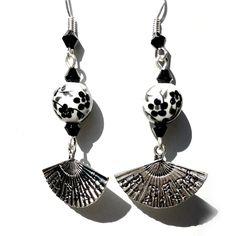 """Now available in my shop... maintenant en boutique... Boucles d'oreille / earrings """"Cité Interdite"""" - 8.50€. Copyright Sergent Mémère Créations ( c ), reproduction interdite, même partielle, merci ! :)  #sergentmemere #sergentmemerecréations #bijoufaitmain #homemadejewelry #handmadejewelry #madeinfrance #pieceunique #ooak #ooakjewelry #argent #silver #blackandwhite #noiretbblanc #noir #black #blanc #white #fleursdecerisier #cherryblossom #sakura #fleurs #flowers #fan #asian #asiatique #japan"""