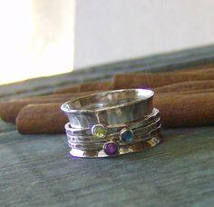 DIT OBJECT IS NIET MEER BESCHIKBAAR VOOR KERSTMIS LEVERING. Wat een leuke kleine trinket om te versieren van uw vinger! Deze zoete weinig spinner ring zal worden met de hand gemaakt voor u in uw gevraagde omvang. Ik hand fabriceren de ring band van sterling zilver. Indien u wenst uw ring gepersonaliseerd met namen of woorden gelieve ons te contacteren voor prijzen. 3 dunne ring banden zijn versierd met een zoete weinig natuurlijke gem steen in uw keuze van steen (zie onderstaande lijst vo...