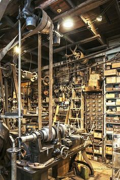 Things That You Need To Know When It Comes To Industrial Decorating You can use home interior design in your home. Take the time to read through the article bel Antique Tools, Old Tools, Vintage Tools, Workshop Studio, Garage Workshop, Metal Workshop, Garage Tools, Garage Shop, Industrial Machinery