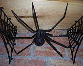 Tablette en érable laquer(live edge) avec support en fer forgé en forme d'araignée ses toiles.