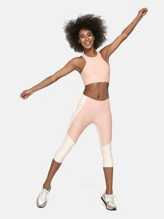 Midweight ankle-length legging with tonal panels and hidden waistband pocket.