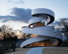 Hiroshi nakamura's ribbon chapel : located in the grounds of a luxury resort in Hiroshima Japan, this wedding chapel designed by hiroshi nakamura has been configured as a double spiral, formed of two separate stairways. 中村宏のリボンチャペル:広島の高級リゾートの敷地内にいる。中村宏が設計したこの結婚式のチャペルは、2つの別々の階段で形成された二重らせん状として構成されています。