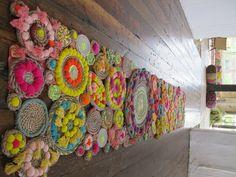 Çeşitli renklerde halat, ponpon ve püskül kullanılarak yapılmış bu el yapımı halı. Halı, runner ya da duvar süsü olarak kullanılabiliyor.