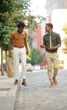 """カーキシャツといえば、武骨過ぎる印象を与えずにミリタリーテイストを演出できるアイテムだ。今回は""""カーキシャツ""""にフォーカスして注目の着こなし&アイテムを紹介! カーキパンツ×カーキシャツ×スタンスミスコーデ オリーブグリーンのアイテムをメインに構成し、グラデーションを表現したコーディネート。カーキのスウェットパンツなら、トレンドを意識したスポーツミックススタイルにも取り入れやすい。スニーカーやレイヤードしたシャツのホワイトが映える。 justl-lifestyle upper hights(アッパーハイツ) THE SHIRT 02 2014年に設立した東京ブランド「upper hights(アッパーハイツ)」。美的ポリシーを持つ人たちとの瞬間を共有できるブランドをコンセプトにアイテムを展開している。ウォッシュ加工によってアタリを演出したミリタリーシャツ。 詳細・購入はこちら カーキシャツ×ブラックベストスタイル ブラックトラウザーズにブラックベスト、カーキシャツを腕まくり着用。サングラスやポマードでスタイリングしたオールバックヘアもあいまって、細身シ..."""