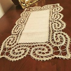 This Pin was discovered by Ser Crochet Lace Edging, Crochet Borders, Freeform Crochet, Thread Crochet, Crochet Doilies, Crochet Patron, Irish Crochet, Hand Crochet, Bruges Lace