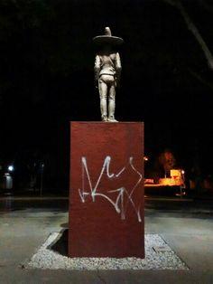 """La segunda foto se tomó en la avenida donde vivo. Muestra a un héroe de la patria (México) de espaldas con la luz cayendo sobre el. Parte de la base esta """"grafiteada"""". Representa la incertidumbre que vivimos a diario por la situación general de mi país, al igual que la protesta (grafitti) que se realiza en muchas partes de México."""
