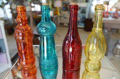 Conjunto com 4 Garrafinhas Vintage <br> <br>Lindas cores para compor um ambiente alegre em sua casa. Pode ser usada como vasinho para flores. <br> <br>Dimensões do Produto: <br>Altura: 18 cm <br>Largura: 6 cm