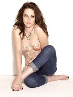 The right makeup brush makes application easier & the finished face look more polished. Are you confused in choosing the best brush as Kristen Stewart ? Kristen Stewart, Celebrity Feet, Celebrity Pictures, Photoshoot Images, How To Pose, Hollywood Celebrities, Hot Actresses, Beautiful Celebrities, Beautiful Women
