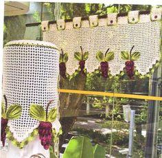 Cortina para cozinha e capa para galão de água, com uvas em crochê.