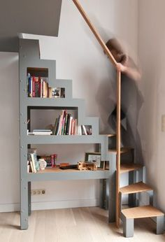 Creating a Libro shelf-staircase, simply placed on the ground in the context of a renovation project. The staircase – a simple and fast storage solution to access an attic or a mezzanine platform. Tiny House Stairs, Loft Stairs, Open Staircase, Staircase Design, Staircase Ideas, Spiral Staircases, Hallway Ideas, Stairs Window, Skylight Window
