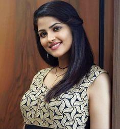 Beautiful Girl Photo, Beautiful Girl Indian, Cute Beauty, Beauty Full Girl, Indian Hair Cuts, Most Beautiful Bollywood Actress, Brunette Beauty, Indian Hairstyles, Indian Beauty Saree