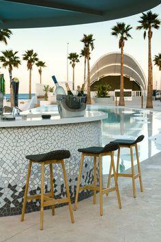 The Marina Beach Club near the City of Science and Arts, Valencia. Alicante, Valencia Beach, Marina Beach, Architecture Design, Barcelona, Pool Bar, Bar Lounge, Beach Bars, Beautiful Places To Travel