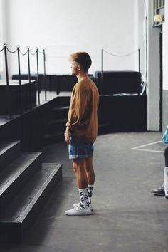 Kevin Elezaj - Vans Sneakers Huf Socks Beyond Retro Shorts Lost Apparel Sweater - FW Day 2 - Part 2 Komplette Outfits, Fashion Outfits, Summer Outfits Men, Mens Fashion Shorts, Men Looks, Vans Era, Moda Blog, Herren Outfit, Look Cool