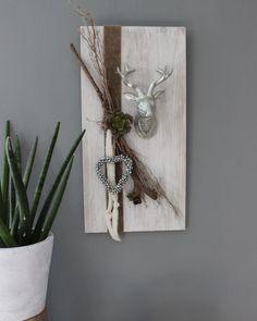 Simple HE u Holzbrett wei gebeizt dekoriert mit nat rlichen Materialien Filzb ndern einem Hirschkopf