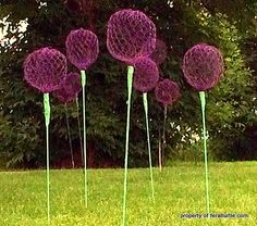 The Feral Turtle: Giant Allium Chicken Wire Flowers The Wild Turtle: Giant Allium Chicken Wire Flowe Chicken Wire Art, Chicken Wire Sculpture, Chicken Wire Crafts, Allium Flowers, Wire Flowers, Faux Flowers, Diy Garden Projects, Garden Crafts, Craft Projects
