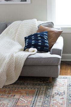 Free Easy Crocheted Chunky Blanket Pattern - 101 Free Crochet Patterns For Beginners That Are Super Easy - DIY & Crafts Crochet Geek, Chunky Crochet, Learn To Crochet, Diy Crochet, Crochet Hooks, Chunky Yarn, Single Crochet, Sashay Crochet, Crochet Coaster