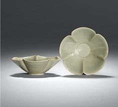 An exquisite pair of Yaozhou flower-shaped bowls. Five dynasties, Century - Eloge de l'Art par Alain Truong Stoneware Clay, Ceramic Bowls, Ceramic Art, Pottery Plates, Ceramic Pottery, Stone Age Art, Celadon, Pottery Supplies, Coil Pots