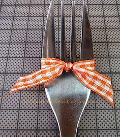 Tiny Bow made with a fork - instructions are in both German (I think) & English.