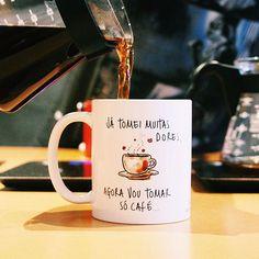 """Dá licença que vou tomar meu café! 😜☕ Foto do @coffeelocal com a """"Caneca Só Café"""", um dos modelos da Coleção Um Pedaço de Papel! Confira todos os modelos no link da BIO! 😀 #umalojadecaneca #umpedaçodepapel #cafes #frases #coffee #quotes #canecas"""