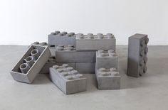 遊ぶのに体力がいりそうなコンクリート製のレゴブロック【Concrete Legos】 - インテリアハック