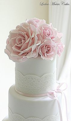 Weddbook is a content discovery engine mostly specialized on wedding concept. You can collect images, videos or articles you discovered organize them, add your own ideas to your collections and share with other people Beautiful Wedding Cakes, Beautiful Cakes, Amazing Cakes, Royal Icing Flowers, Sugar Flowers, Rosa Rose, Engagement Cakes, Elegant Cakes, Piece Of Cakes