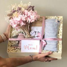 Un regalo ideal no solo para celebrar la llegada del bebé , sino también para felicitar a la mamá. Baby Gift Box, Baby Box, Mom Baby, Spa Gifts, Party Gifts, Diy Birthday, Birthday Gifts, Mother's Day Gift Baskets, Basket Gift